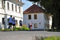 běžci běží kolem úřadu směrem k obrátce v Dědibabech