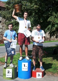 Kýbl žabince v rukách vítěze závodu '11